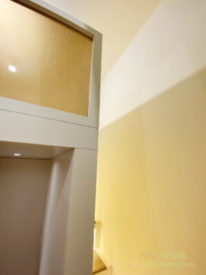 現代風格沒有華麗複雜的曲線裝飾,而是揉合簡潔筆直線條突顯俐落感,所以在整個閣樓都用上大量直線設計