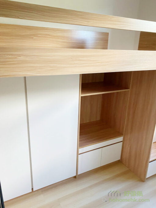 掩門衣櫃高架床的長邊設計,闊度的局限比較細,用盡下層全闊都無問題。不過掩門需要預留前方的空間開關門,對空間的需求比較大