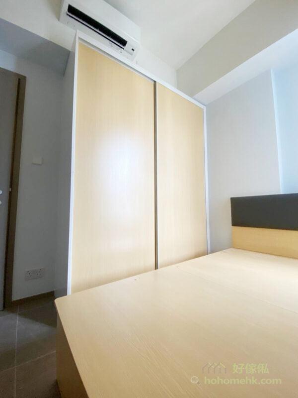最簡潔的櫃門款式必定是落地門,由櫃頂一直延伸到櫃底,一整面的門沒有任何分割,會有拉長空間的效果