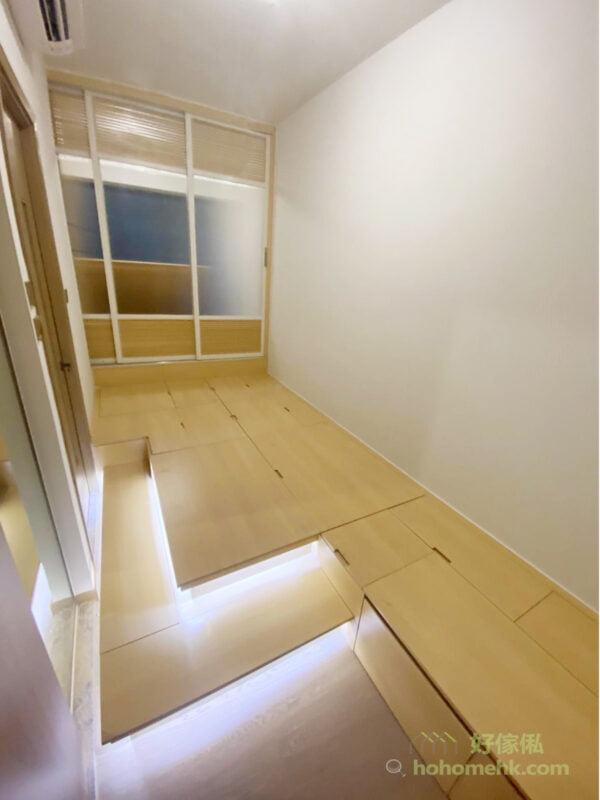 客廳與睡房之間,如果使用和室設計,將趟門拉開,隨時就能增加公共空間使用範圍,而把趟門全部關上,還原私人領域的私隱,令空間既是睡房又是客廳