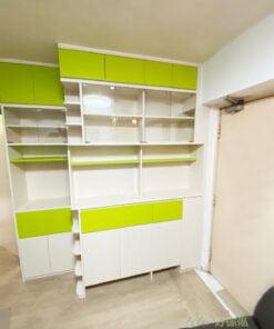 展示櫃位於視線水平的位置,無框的玻璃櫃門讓展示櫃跟整個櫃身融合在一起,令視線會更集中在飾櫃內的飾品