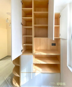 玄關櫃接連著客廳儲物櫃,就可以配合動線將日用品直接收納到儲物櫃裡,不用來回走到不同的角落收納物品