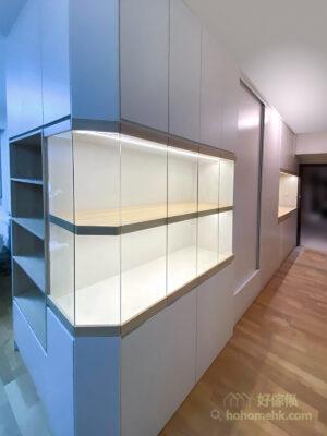 沿著走廊打造一整列的玄關櫃,將整幅牆都變成收納櫃,善用走廊的空間之餘,更可將客廳的收納空間轉移,在客廳及飯廳騰出更多活動的位置