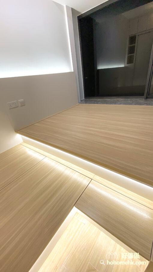 睡房有三段式燈槽的設計,分佈在兩級地台邊及床頭板,令空間顯得光猛舒適,而且富有層次感
