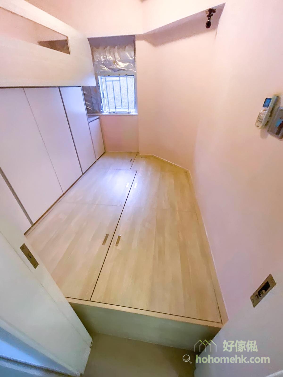 每個地台箱越大,線條也越疏落有致,更能拉長睡房的空間感,令人更加舒服