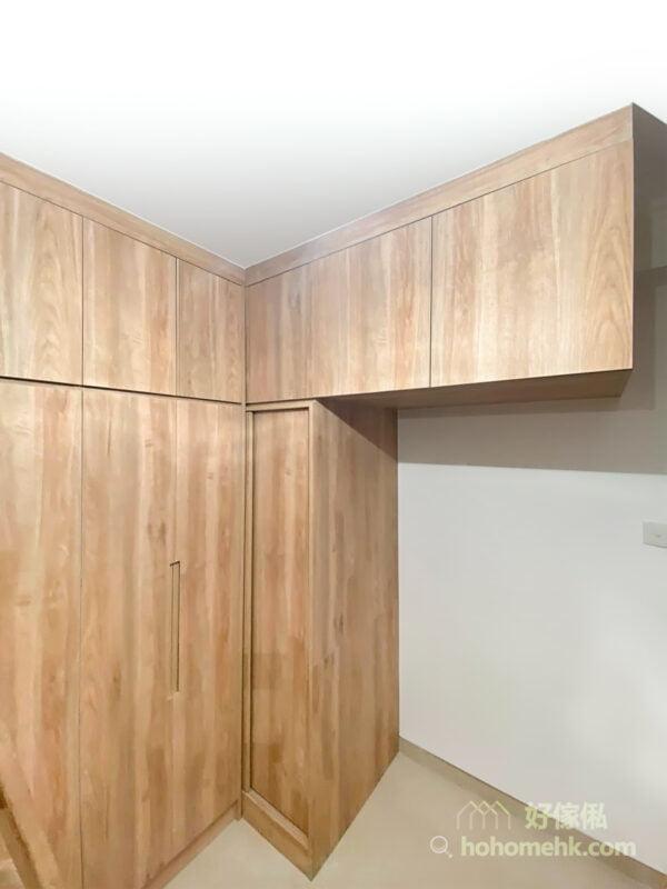 像L形衣櫃及不規對稱形狀的儲物櫃,較難在坊間買得到,但訂造傢俬就完全無問題了,可以按客人的要求度身訂造最適合的組合櫃