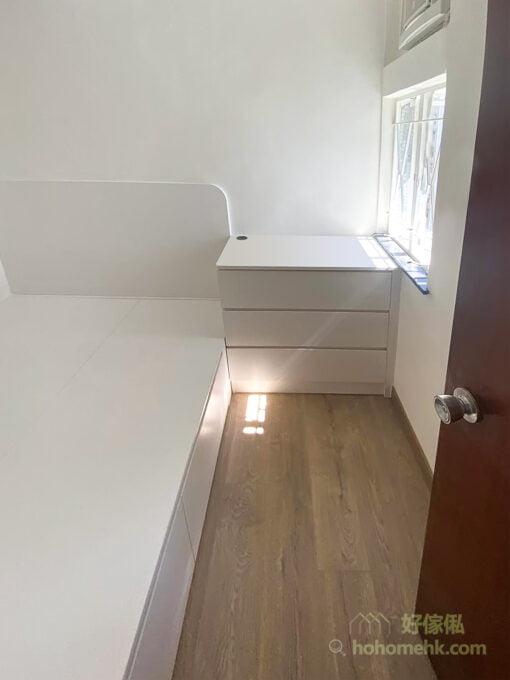 床頭櫃有兩個可參考的高度,一種是與擺放床褥後的睡床對齊,另一種就是與窗台對齊。前者因與床褥同樣高度,睡覺時也不易撞到頭;而後者則可以將窗台的平面都納入成床頭櫃的一部份,又不會遮住光線照入