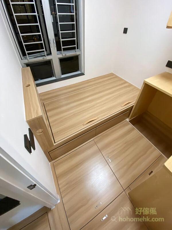床側櫃桶方便取物,適合用來放些小雜物和內衣、襪子等;床底的空間就可以留給換季衣物和行李箱這種不常用的大型物品