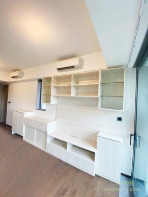 電視櫃的材質元素統一,呼應客廳環境的配色,與其他傢俬互相配襯,就能將電視櫃融入在客廳之中,大大減低櫃身對空間造成的壓迫感了