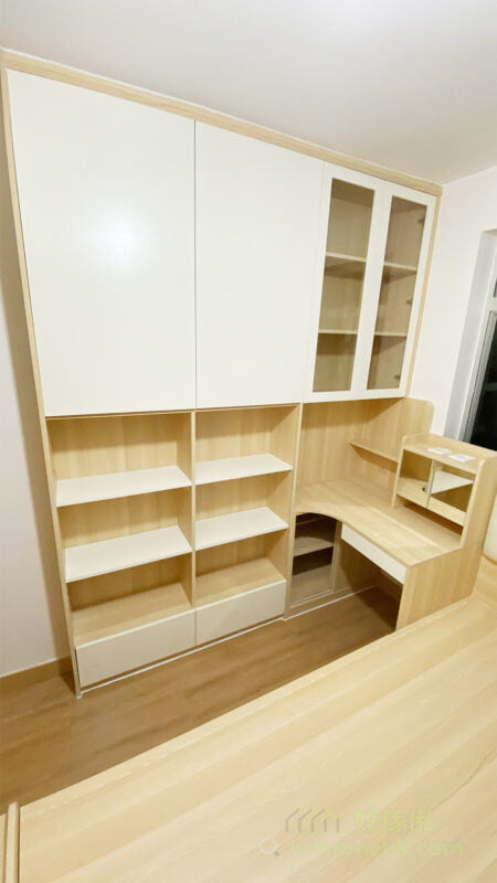 連接書枱的儲物櫃,龐大的櫃身包括了隱藏式的掩門收納及抽屜,亦有開放式的層板區及不易落塵的玻璃飾示櫃