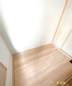 小小的睡房應避免使用大型床架或床頭造型,可以較為簡約俐落的地台床或榻榻米設計代替,甚至捨棄床頭板及床頭櫃,省下更多空間