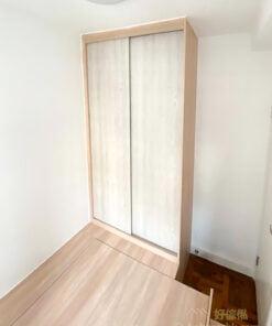 睡房透過地台設計可活用垂直空間向上發展,令儲物空間激增,同時保留地台上的活動空間,不會因要擺放儲物櫃而減少地面面積
