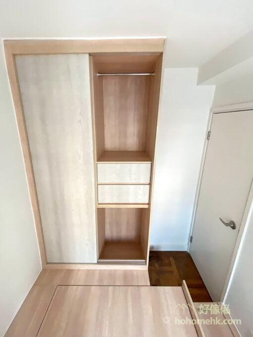 到頂的衣櫃擁有充裕的高度空間,可按衣物的數量將衣櫃分成不同的區域,包括掛衣區、折疊區和抽屜區,更有效率地利用衣櫃的每一吋空間儲物