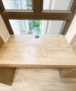將書枱放在窗台的位置,這樣做可以將窗台的空間都納入成書枱的深度,即使有人坐在書枱前,後方依然有充足的空間讓人在通道走動