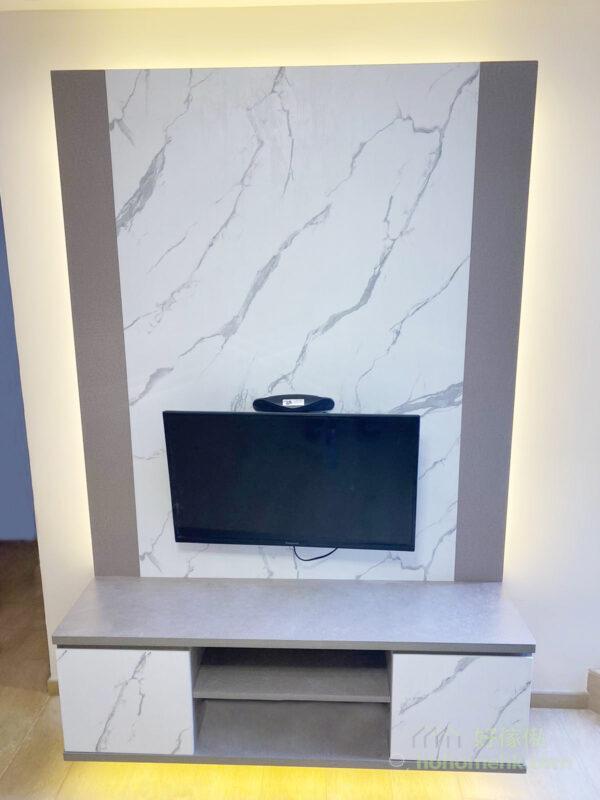 電視櫃採用拼色設計,香檳金與大理石紋打造出輕奢風格,成為客廳中的特色牆和焦點所在