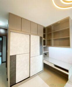 在轉角位挖空衣櫃,成為書枱的開放式收納空間,又可以用盡角落的位置