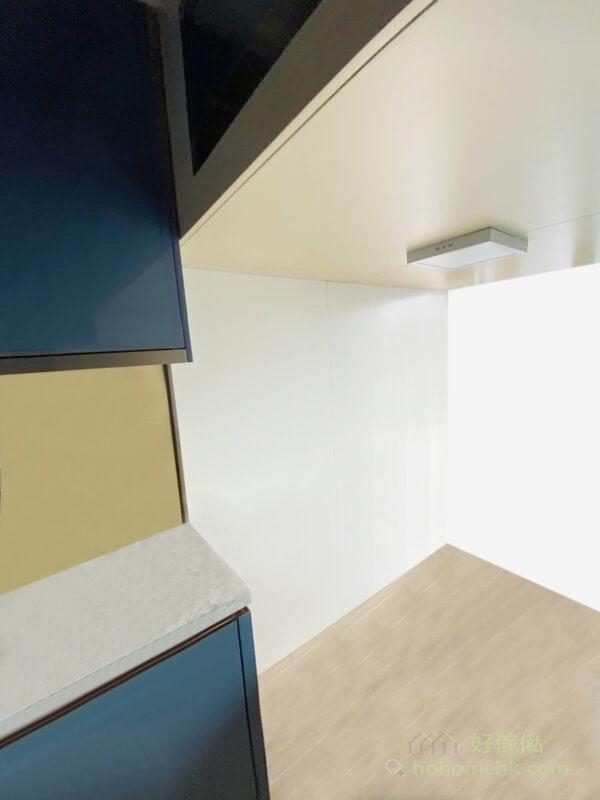 閣樓下要配備獨立的照明系統,再配上淺色系板材,也有更好的散射光線效果,幫助營造更明亮的整體空間