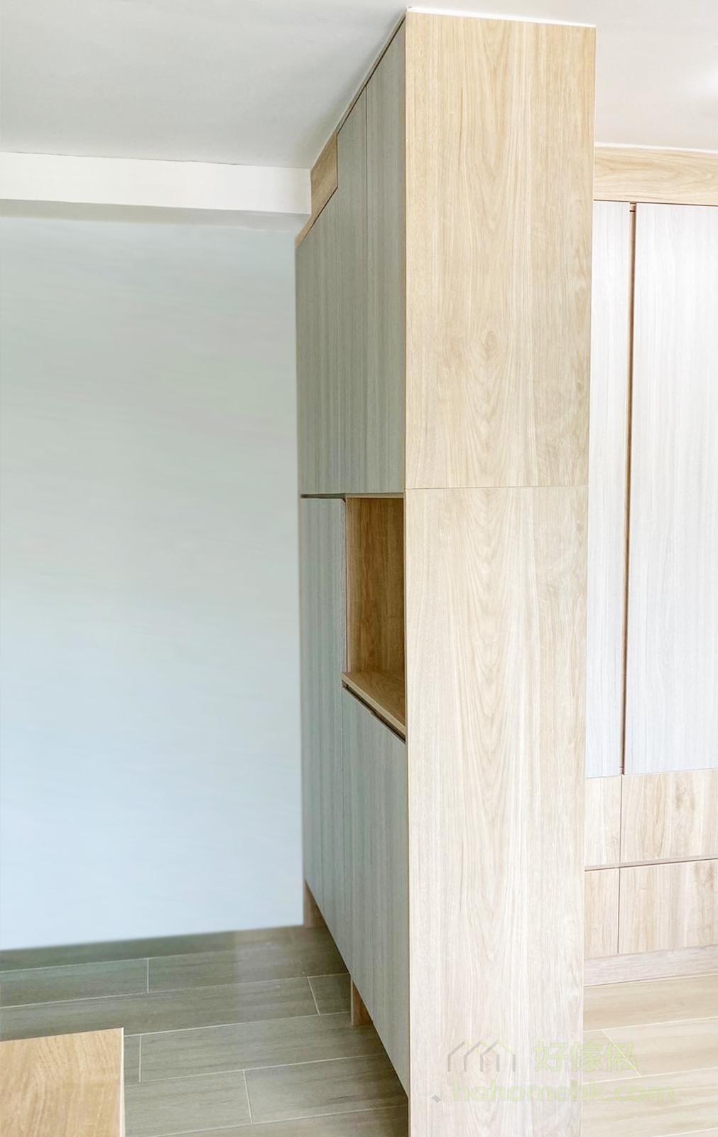 開放式睡房設計有機會影響睡眠質素,因此可利用玄關櫃隔開睡床與大門,避免一入門就見到床頭,明確劃分空間,有助增強私隱度