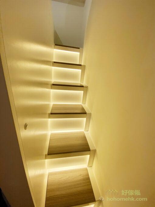 用盡房間的寬度在床尾位置打造直樓梯,不用轉彎不用爬,加上設計師精心計算樓梯的高度和深度,讓上落都輕鬆、好行