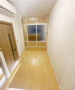 長方形的客廳單面採光,採光條件不算太好,間房採用半開放式和室空間,將主要的儲物空間全數收到地台裡,可減少地櫃的數量,同時擁有充足的儲物量與採光度