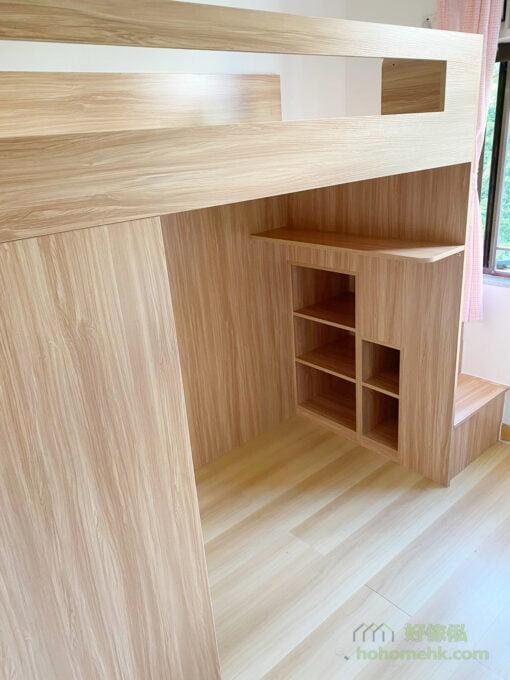 將高架床的下層規劃成開放式活動空間,儲物地方較少,但可以隨時配合成長的需要放置輕便的書枱