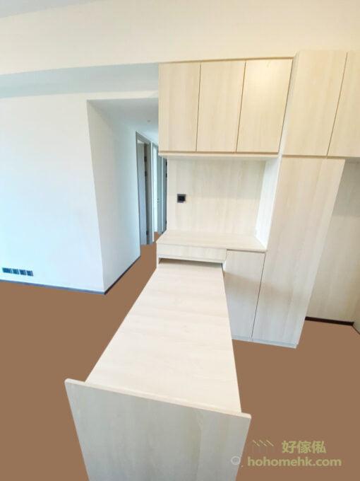 C字櫃中空的檯面位置正好充當起餐邊櫃的角色,可以用來擺放咖啡機及多士爐等小型家電,作為早餐的吧檯,地櫃和吊櫃提供大容量的收納空間 ,可存放乾糧、零食等,提升空間使用的效能