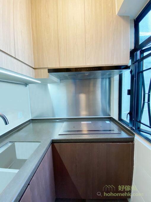 要讓廚房看起來既優雅又專業,兼且易打理好清潔,絕對非不銹鋼背板莫屬了