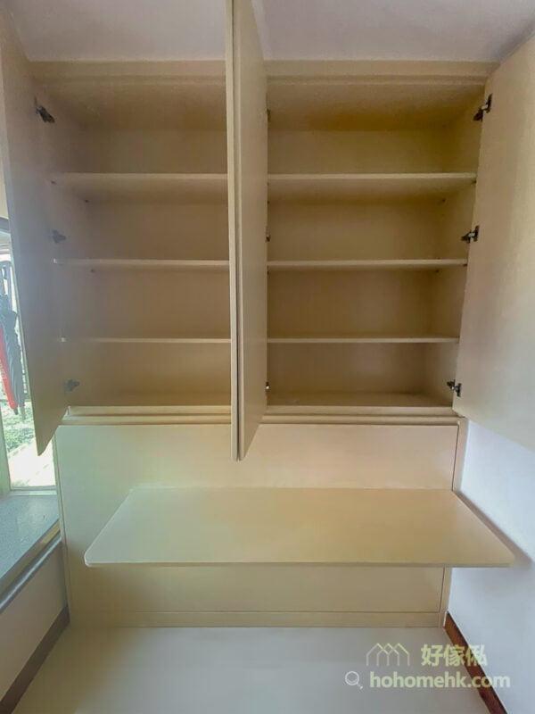 變形床的上方及左右兩側都可以加設儲物櫃增加收納量,掩門櫃、玻璃飾櫃和開放式層架都可以套用在變形床的收納中