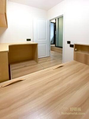 如果剛好是全屋裝修的話,可以在買房門之前先留出地台的高度,讓地台由睡房延伸至走廊及客廳,不但會有更多的儲物空間,也令整體空間的感覺更統一、好看