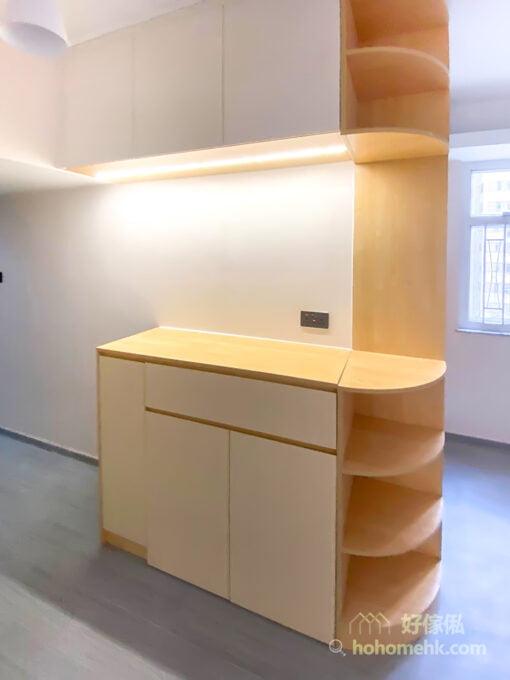 玄關櫃不是單獨的存在,還與客廳儲物櫃連成一體,讓客廳和玄關的收納更加一致、有序