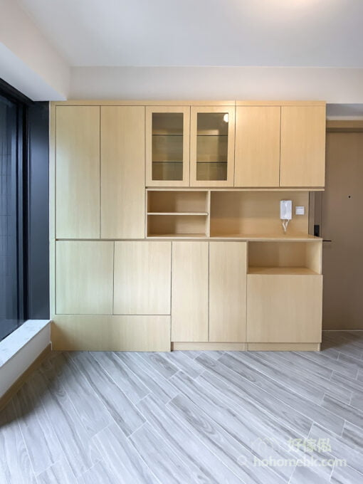 一字型的玄關C字櫃,混合了玻璃飾櫃和開放式格櫃,錯落有致的排列令櫃身充滿設計感,也增加了展示的用途,點綴玄關空間