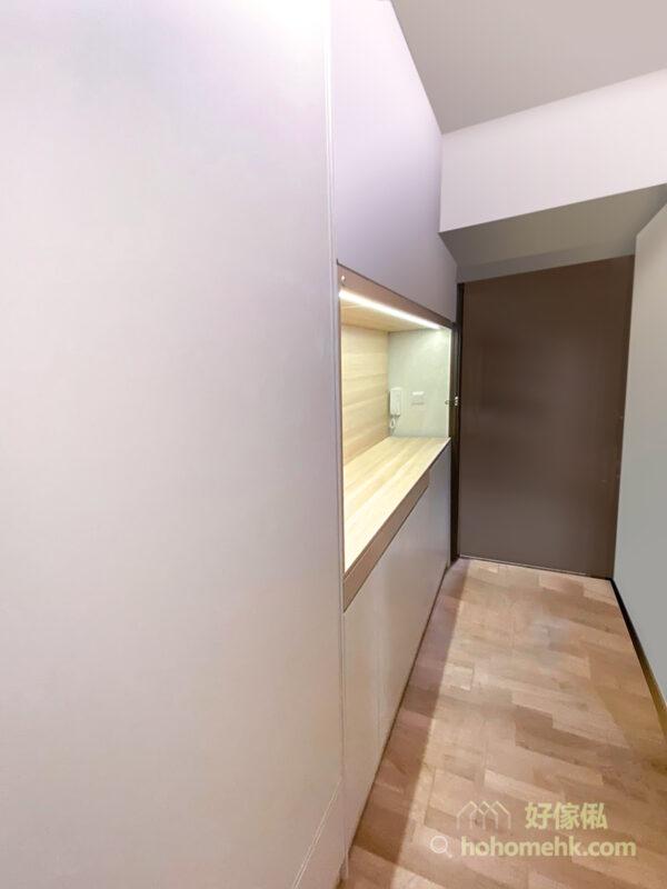 在玄關走廊造櫃,上下的純白色櫃門為空間留白,將龐大的收納量變得隱形
