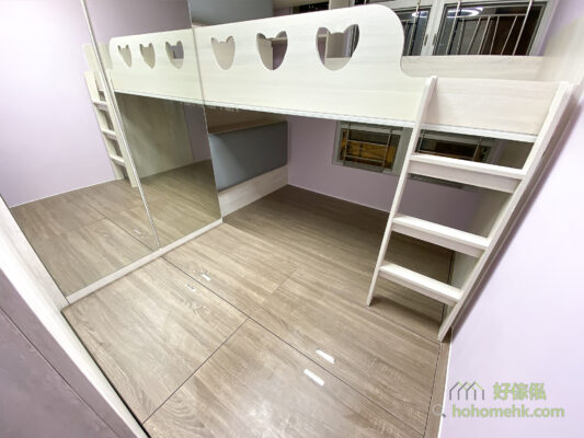 在天花及上格床圍欄底裝上窗簾路軌,上下格床用家可各自拉上布簾增加睡眠區的私隱度,減少互相影響的機會