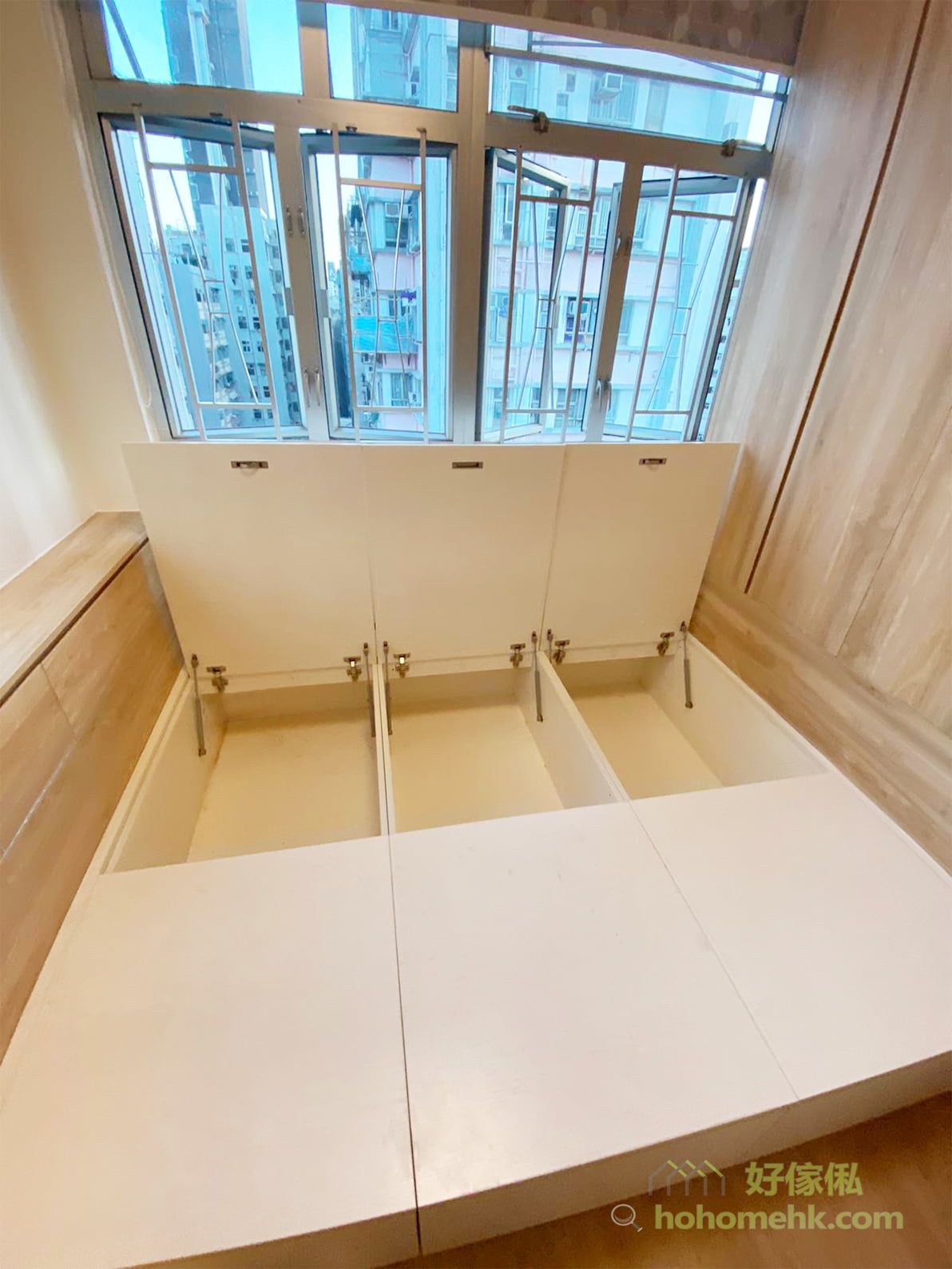 借助床底的位置來收納,同樣不會讓人感到多了一個儲物櫃的感覺,絕對是睡房中的最佳隱藏式收納
