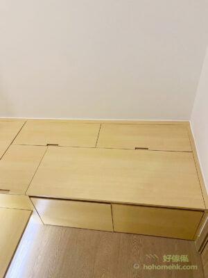 地台揭板以挖抽方式打開,比沒有金屬色的隱形拉手樸實,而且揭板之間的縫隙會比較細