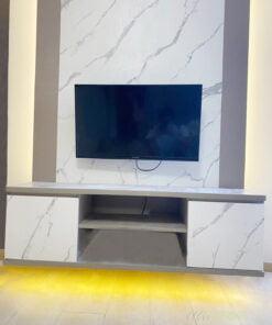 電視櫃的地櫃部份採用懸空式設計,不落地可在視覺上減輕電視櫃的份量,而且減少了地櫃和地板之間形成死角,打掃變得非常方便、輕鬆