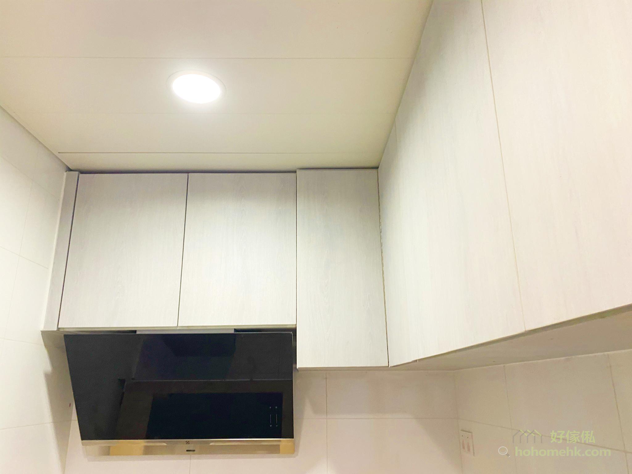 以吊櫃遮蔽抽油煙機的喉管,讓廚房的觀感更整齊美觀