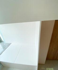 盡量採用大量白色或淺色系傢俬及裝潢,有助於反射來自太陽的熱能、不易吸熱,視覺上也有清爽涼快的感受