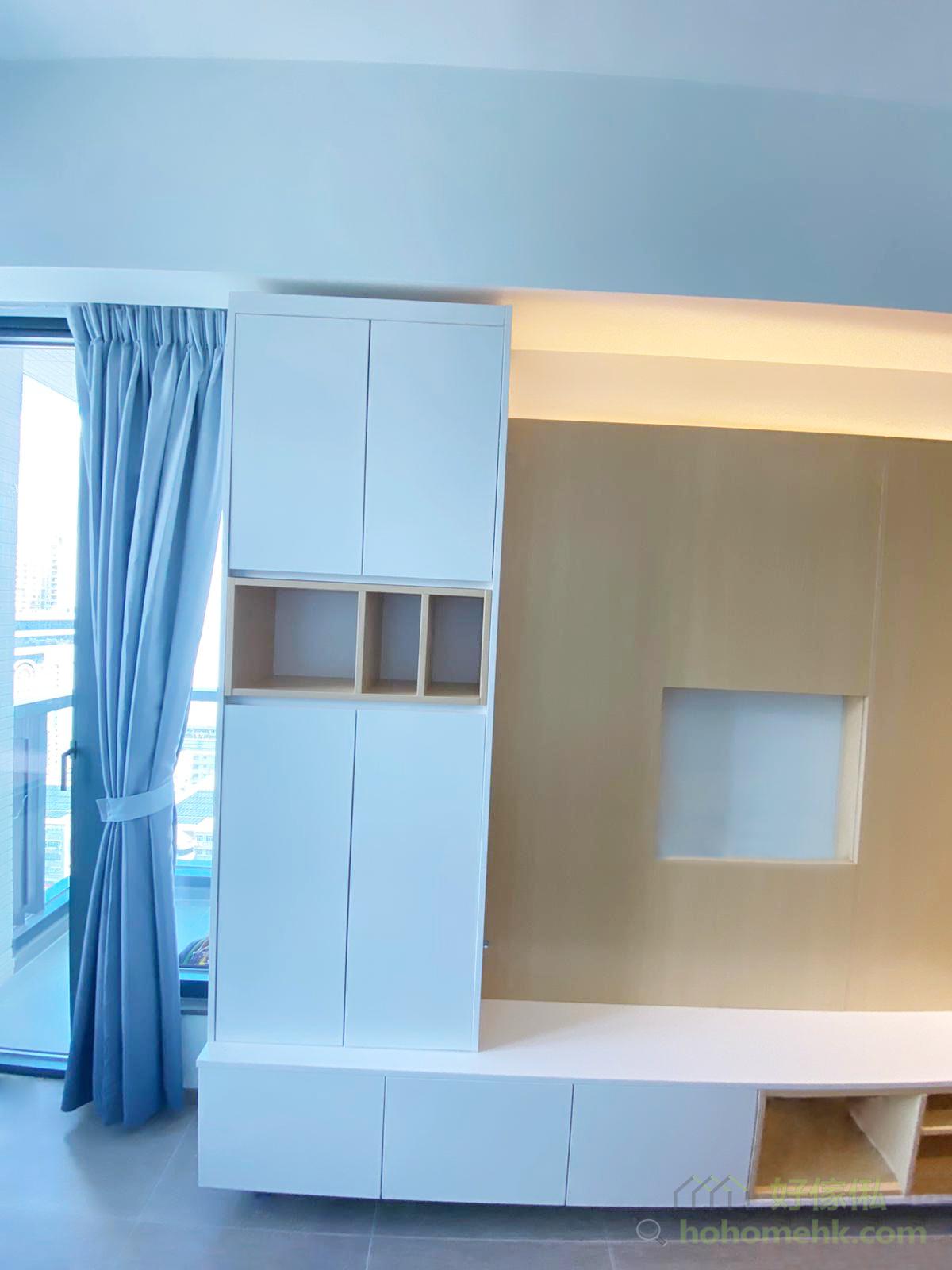 L形的儲物櫃配上電視牆,櫃門、間隔全都融合於橫直線條的規律中,讓空間顯得簡約俐落