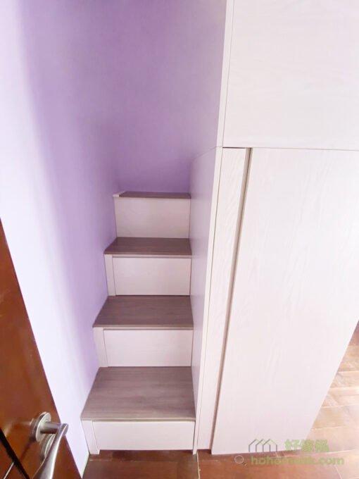 樓梯櫃收納分別有抽屜和上翻式揭板兩種,可按個人的收納習慣選擇使用哪一款。通常最高一級因深度最淺,都會使用上翻式揭板,更好地運用樓梯下的隱形收納空間