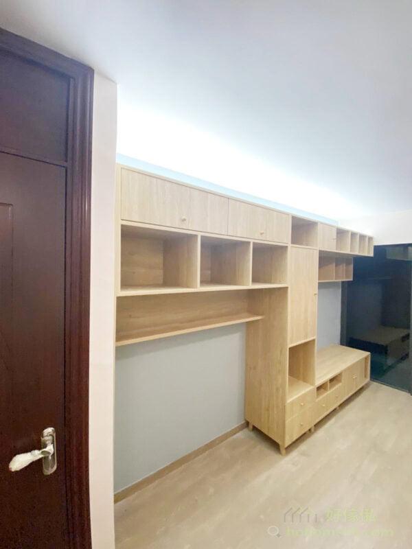 不加背板使更多牆身露出來也令電視櫃更顯輕盈;而不對稱的鏤空與地櫃的設計,為櫃身增加趣味感,也令客廳不會沉悶和壓迫