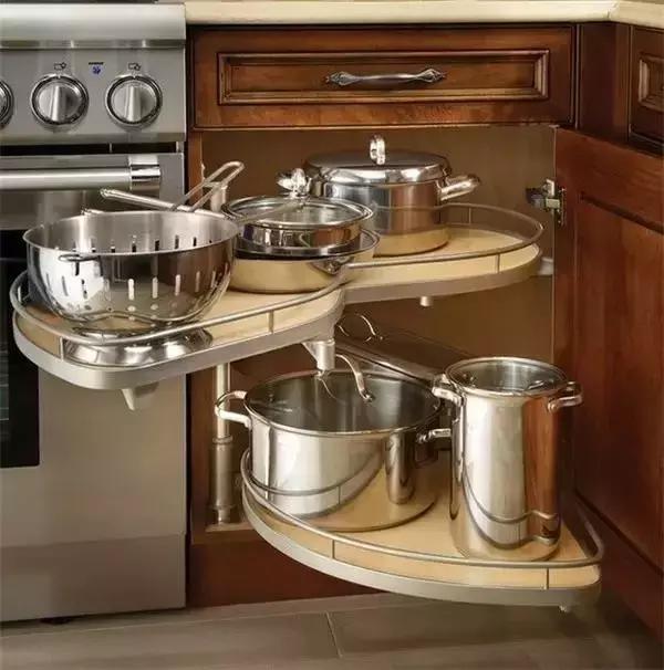 L形廚櫃可以提供龐大的儲物容量,但轉角位置取物不便就令人苦惱不已,不過轉角五金可以幫忙解決轉角難以取物的問題