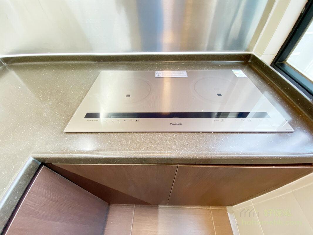 嵌入式電器令廚房視覺上整齊,如焗爐、洗衣機、抽油煙機和煮食爐,如果能夠放進訂造的廚櫃裡,會大大減低廚房的擠迫感