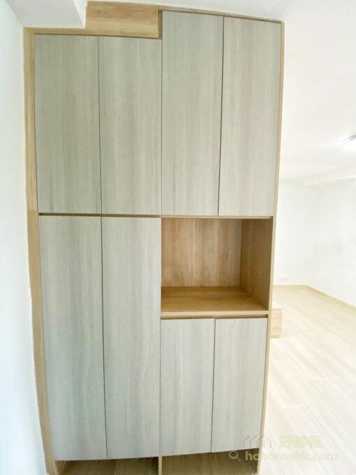 使用同系列的傢俬貫穿整個空間,空間風格一致令空間感更強,所以衣櫃、地台床和作為間隔的玄關櫃都用上相同的配色會令空間看起來更寬敞、簡約