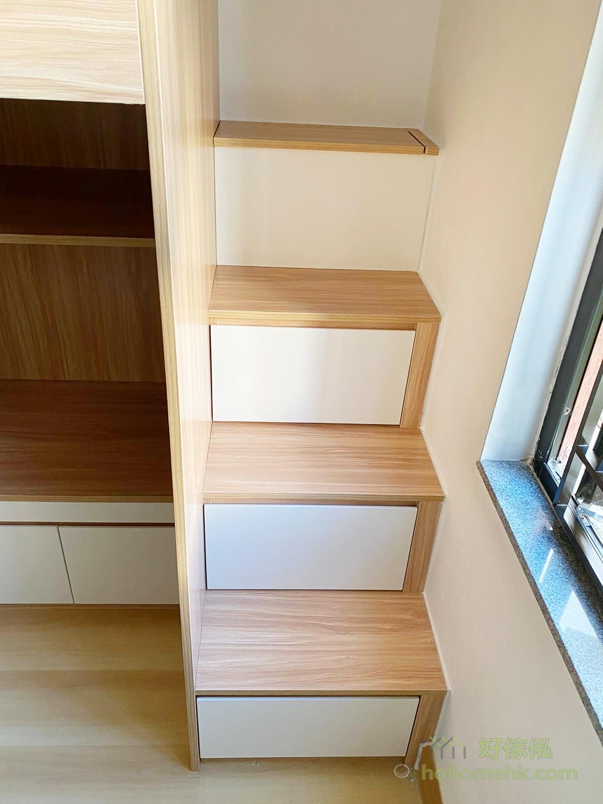 全部的櫃都是在樓梯方向打開,白色的飾板也令小朋友更容易學會自己打開櫃桶把東西收好