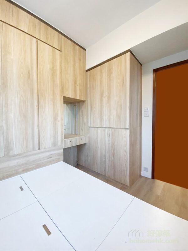 L形轉角衣櫃,因嵌入式的設計,驟眼很難看出櫃身的厚度,亦空間的壓迫感自然而然地減低
