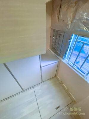 由於睡房不是正正方方的格局,為了減少視覺上的負擔,所以將樓梯櫃藏在近窗邊不起眼的角落,避免破壞空間內的簡約美學