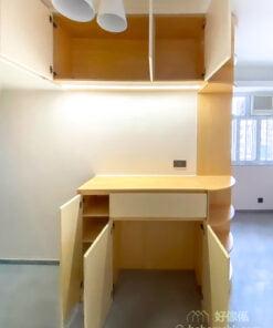 玄關櫃選擇中空設計,分成完全獨立的吊櫃和地櫃部份,而吊櫃剛好隱藏在橫樑後面,令入門處的視線更開揚,不會被遮擋,空間的光線流動也更加暢通無阻