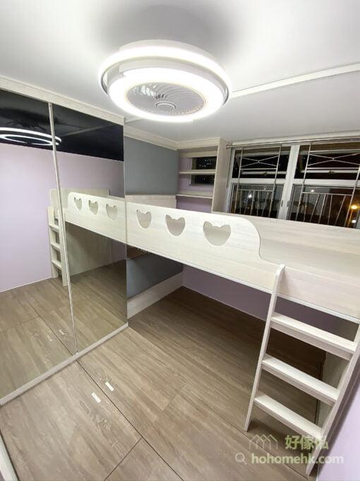 上下格床都設有小型床頭櫃,不用落床都有個空間暫存隨身物品,亦可擺放鬧鐘、藥膏、護膚品等日用品