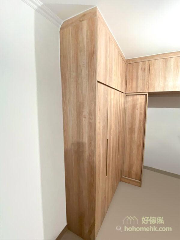 將轉角位置變成趟門衣櫃的掛衣區,要把衣服拉出來不會太困難,而且用家比較容易觀察得到自己放了多少東西在轉角櫃裡,不會像普通的格櫃形式那麼難找東西